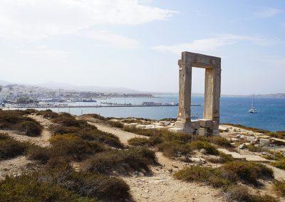 Die Überreste eines Tempeltors aus dem 6. Jhd. sind das Wahrzeichen der Insel Naxos. Das knapp 6 m hohe Marmortor steht in exponierter Lage auf einer kleinen felsigen Halbinsel. Von hier bietet sich ein fantastischer Blick auf Chora und das Meer.