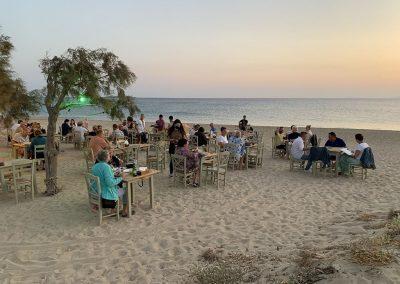 Am Plaka Beach werden abends die Stühle und Tische in den Sand gestellt. Griechenland pur! Traumhafte Sonnenuntergänge, das leise Rauschen des Meeres und dabei den Sand unter den Füßen spüren.