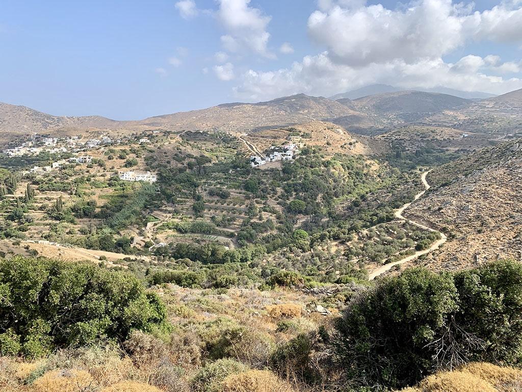 Die Inselmitte Náxos - Wunderschöne weiße Bergdörfer laden zum Bummeln oder Wanderungen in die hügelige, unberührte Natur.