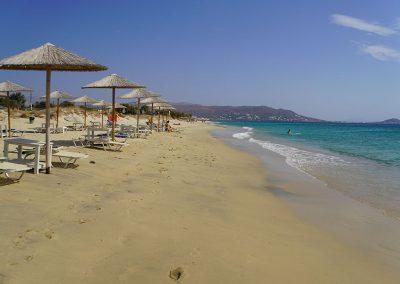 Der 4 km lange, feinsandige Plaka Beach ist einer der beliebtesten Sandstrände der Insel Naxos. Die wenigen Hotels und unvergessliche Sonnenuntergänge machen Plaka Beach zu einem Traumstrand.