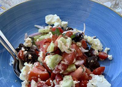 Einer der leckersten Sommersalate – ein griechischer Salat. Dank sonnenverwöhnter Tomaten, schmackhafter Gurken, sonnengereifter Oliven und köstlichem Schafkäse (Feta) schmeckt der Salat nirgendwo so gut, wie in Griechenland.