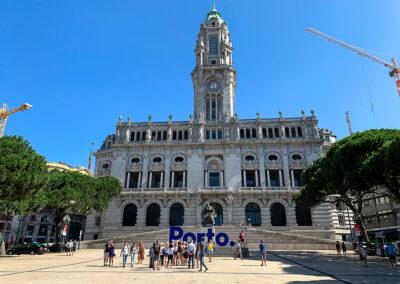 Das Rathaus in Porto mit Glockenturm.