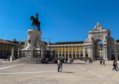 Von der Rua Augusta betritt man durch den prächtigen Triumphbogen einen der beliebtesten Plätze in Lissabon, den Praça do Comércio.
