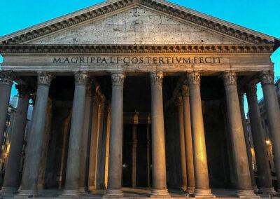 Das Pantheon wurde als Göttertempel um das Jahr 119 nach Christus erbaut und ist heute eine Grabeskirche für bedeutende Persönlichkeiten