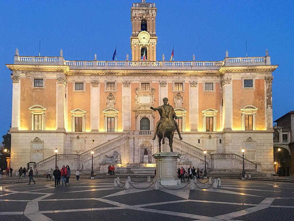 Das römische Rathaus mit der Reiterfigur des Marc Aurelius auf dem Kapitolinischen Hügels, auch Kapitol genannt.