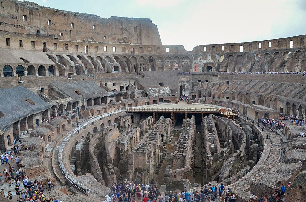 Die Innenansicht des Koloseums mit Platz für bis zu 87.000 Menschen. Hier wurden Gladiatorenkämpfen, Wagenrennen und Tierhetzen ausgetragen.