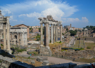Die Ruinen im Forum Romanum, in der römischen Antike der Mittelpunkt für das politische, wirtschaftliche, kulturelle und religiöse Geschehn.
