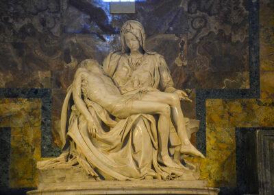 Michelangelos Pietà ist eines der berühmten Kunstwerke der Welt. Die Marmorfigur der Jungfrau mit Ihrem toten Sohn Jesus befindet sich im Petersdom.