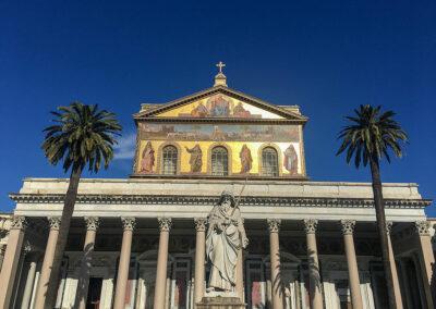 Sankt Paul vor den Mauern ist eine der Papstbasiliken und eine der schönsten Kirchen Roms. Die Kirche wurde über dem Grab des Apostel Paulus errichtet.