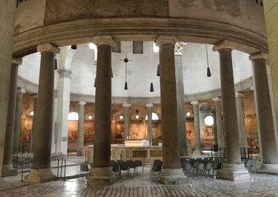 Vorbild für die Kirche Santo Stefano Rotondo was die Grabeskirche in Jerusalem. Prachtvolle Säulen und Fresken schmücken den Innenraum