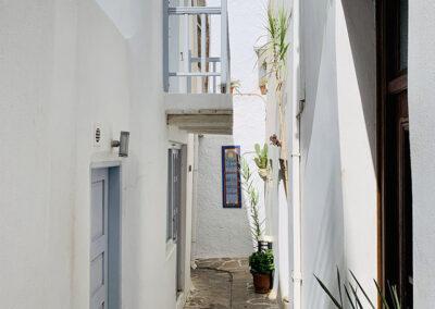 Direkt hinter dem Hafen beginnt die romantische Altstadt der Inselhaupstadt Chora. Weißgetünchte Häuser in engen Gassen, kleine Boutiquen und sehr gute Tavernen schlängeln sich fast hoch bis zur Burg.