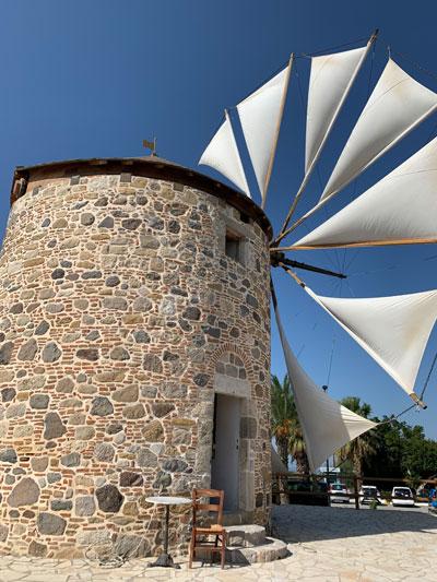 In der noch einzigen funktionierenden Windmühle der Insel wird noch heute Weizen gemahlen