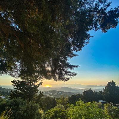 Traumhafter Ausblick auf den Sonnenuntergang vom Berg Dikeos